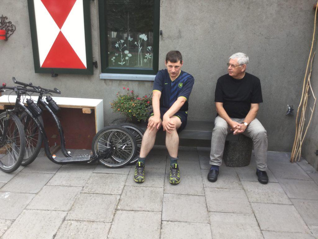 René wacht rustig op het bankje op de komst van Frank