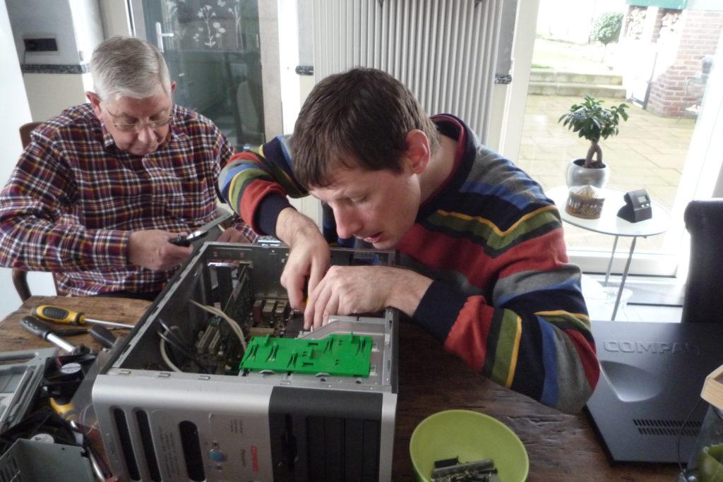Als een volleerde computermonteur aan het werk