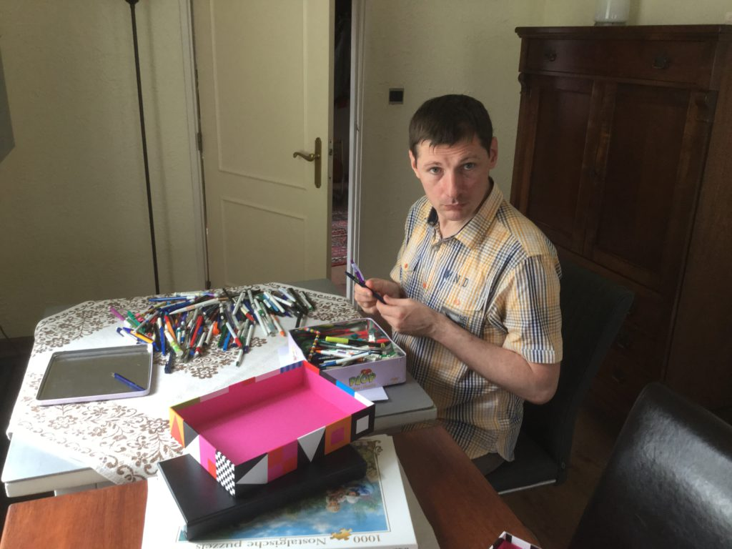 Deze balpennen krijgt hij niet leeg geschreven.